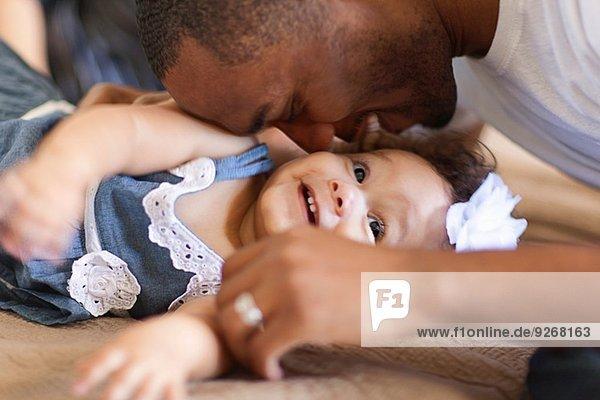 Vater spielt mit der kleinen Tochter