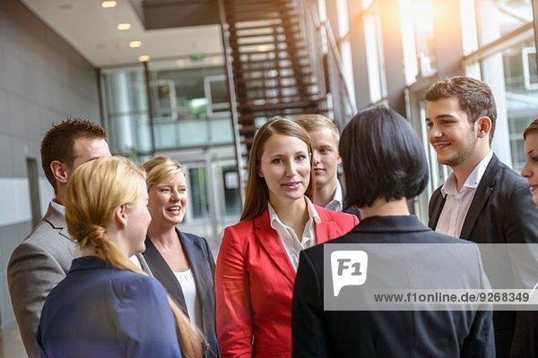 Gruppe von Geschäftsfrauen und -männern bei einem informellen Treffen