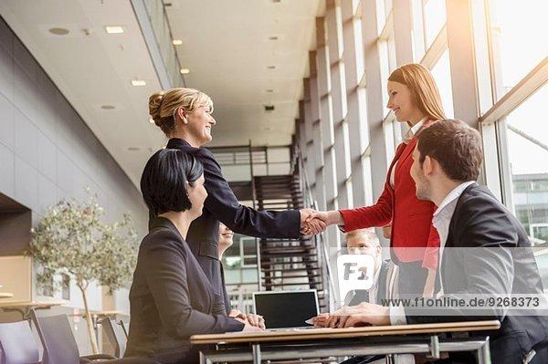 Geschäftsfrau und Teambesprechung Kunde