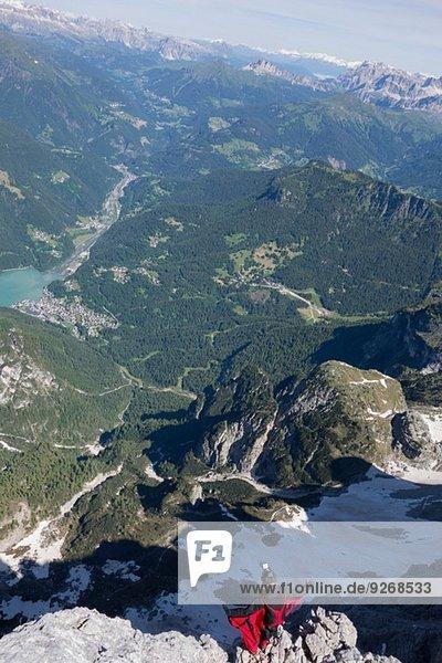 Männlicher BASE-Springer am Bergrand  Alleghe  Dolomiten  Italien