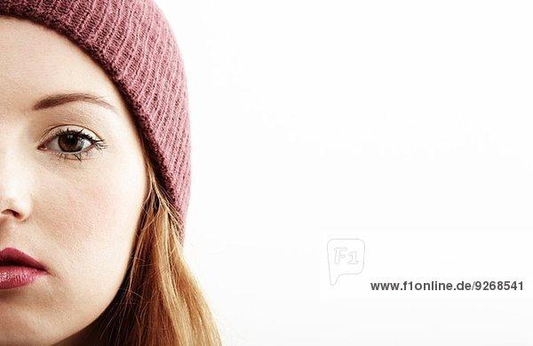 Halbgesicht Nahaufnahme Studioporträt einer jungen Frau
