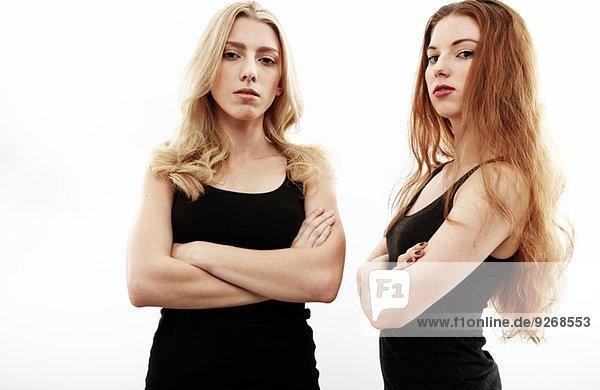 Atelierporträt zweier junger Frauen mit gefalteten Armen