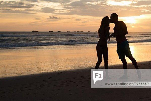 Silhouette eines romantischen Paares am Strand  Nosara  Guanacaste  Costa Rica