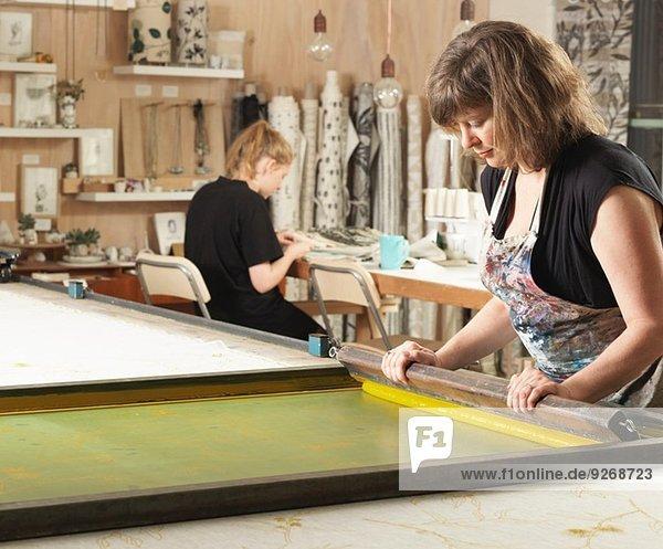 Frau Handdruck Textil in der Werkstatt