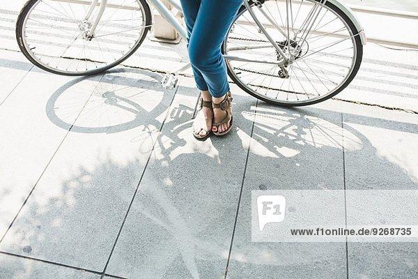 Beine einer erwachsenen Radfahrerin und Fahrradfahrerin