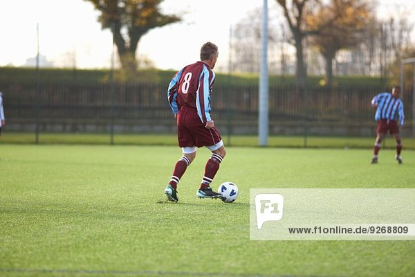Fußballspieler mit Ballbesitz