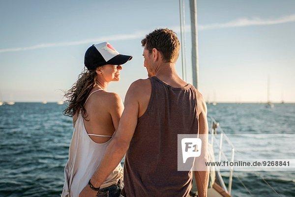 Paar auf dem Boot im Meer  Rückansicht