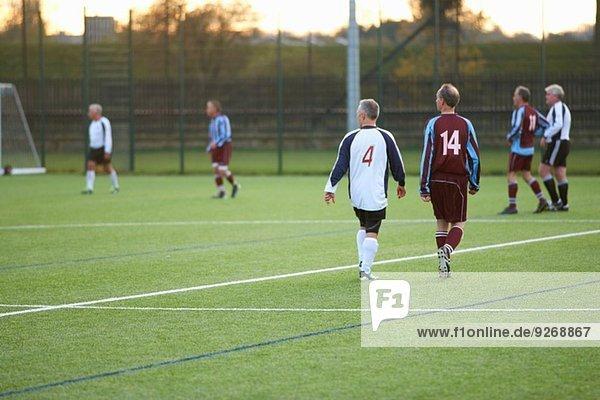 Fußballspieler beim Stopp im Spiel