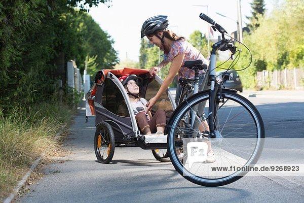 Mutter mit Tochter im Fahrradanhänger