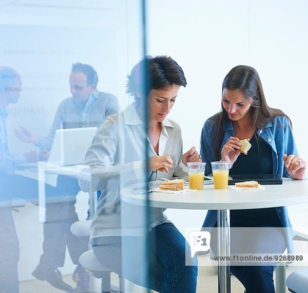 Geschäftsleute diskutieren beim Mittagessen