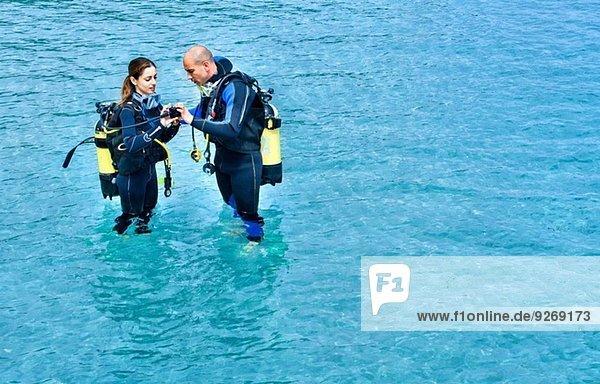Paar  das sich auf einen Tauchgang im Meer vorbereitet  La Maddalena  Sardinien  Italien