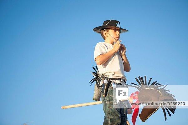 Junge als Cowboy-Befestigungshut verkleidet