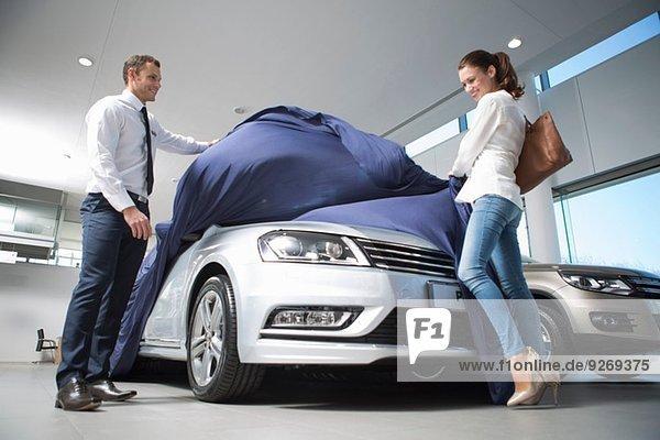 Verkäufer entdeckt Neuwagen für Kundin im Autohaus