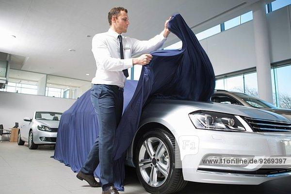 Verkäufer entdeckt neues Auto im Autohaus