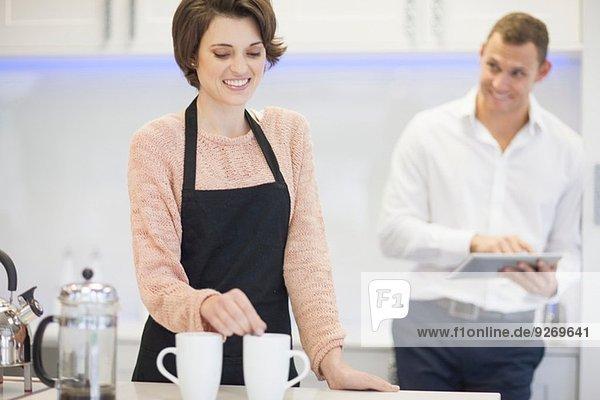 Paar macht Kaffeepause in der Küche