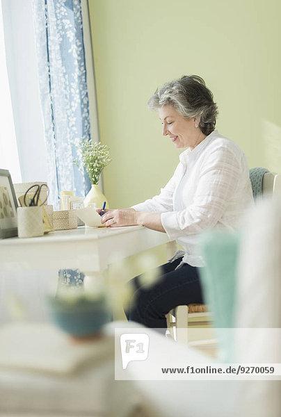 Frau schreiben reifer Erwachsene reife Erwachsene