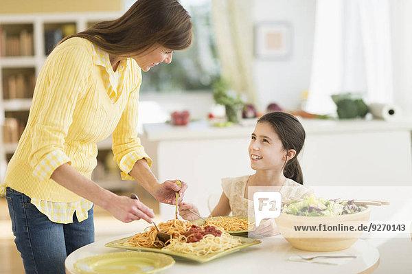 Pasta Nudel Tochter 5-9 Jahre 5 bis 9 Jahre essen essend isst Mutter - Mensch