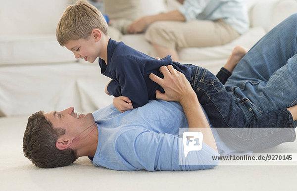 Interior zu Hause Menschlicher Vater Sohn 5-9 Jahre 5 bis 9 Jahre spielen