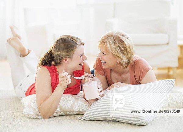 Interior zu Hause Entspannung Tochter Mutter - Mensch Erwachsener