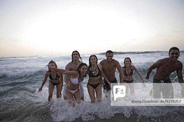 Mensch Menschen Strand rennen Ansicht jung