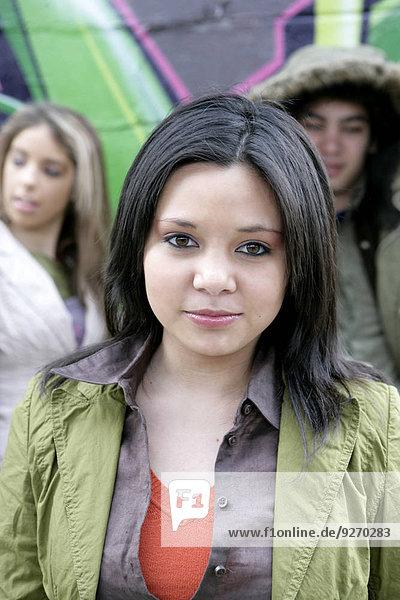 junge Frau junge Frauen sehen Blick in die Kamera Ansicht