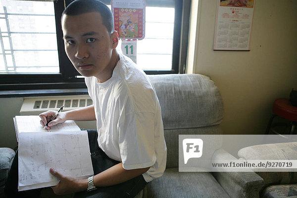 sitzend Portrait Jugendlicher Buch Junge - Person Taschenbuch