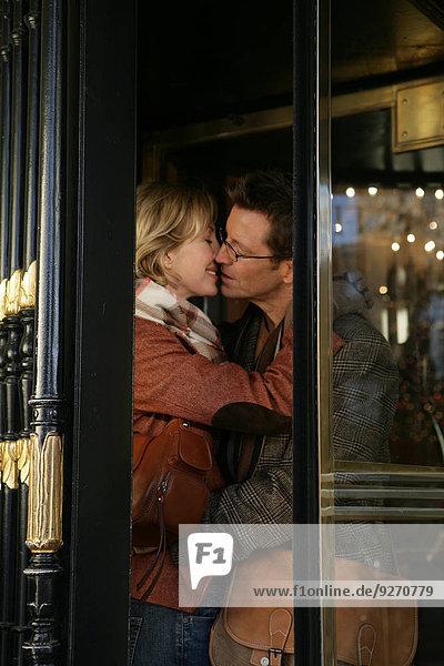 drehen küssen Tür innerhalb reifer Erwachsene reife Erwachsene