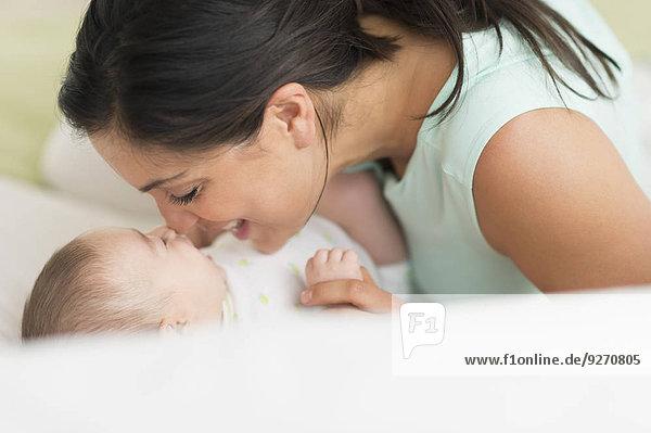liegend liegen liegt liegendes liegender liegende daliegen Bett Mutter - Mensch Baby