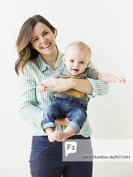 Portrait Junge - Person halten Studioaufnahme Mutter - Mensch Baby