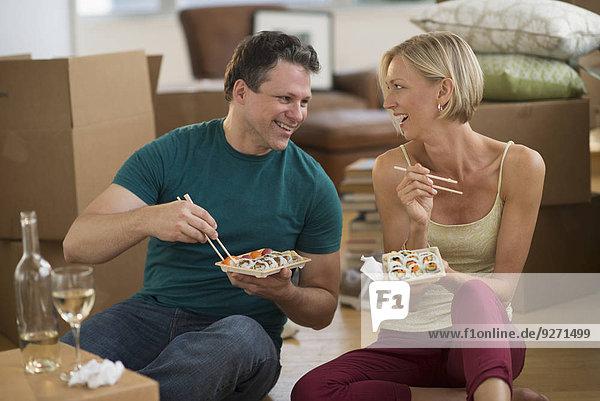 Sushi essen essend isst Eigentumswohnung neues Zuhause
