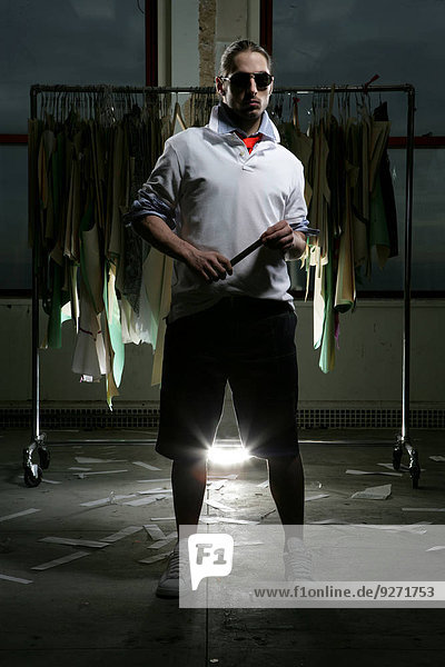 Wäscheständer Mann Kleidung frontal jung