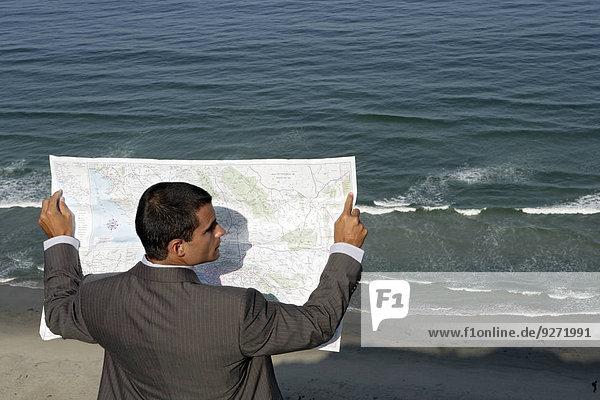 Mann Landkarte Karte Ansicht vorlesen