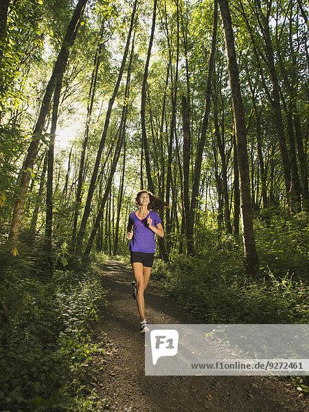 junge Frau junge Frauen Wald joggen