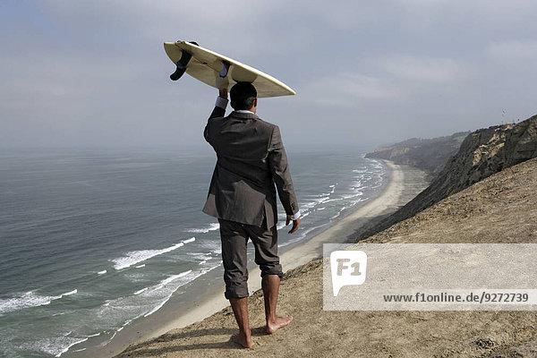 Mann halten Surfboard Ansicht