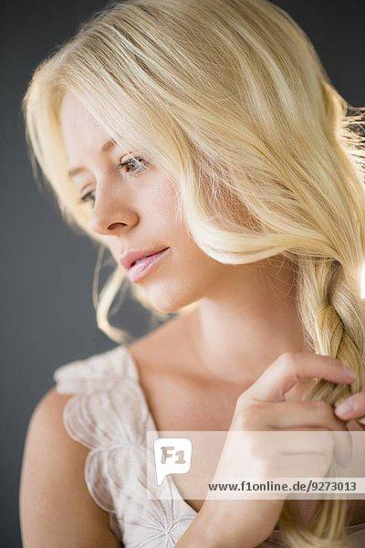 junge Frau junge Frauen Portrait flechten flechtend flechted Haar