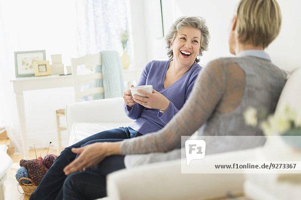sitzend Frau sprechen 2