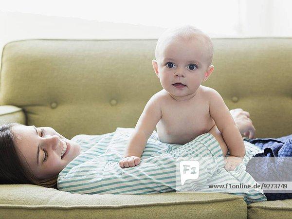 liegend liegen liegt liegendes liegender liegende daliegen Couch Junge - Person Mutter - Mensch Baby