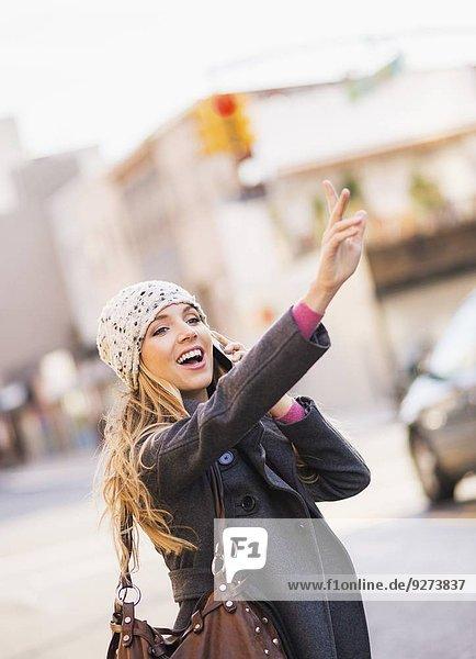 Portrait, blond, Frau, Taxi, herbeiwinken
