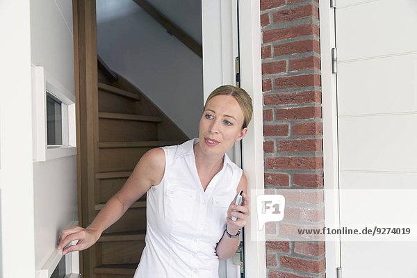 aufmachen Portrait Frau Tür