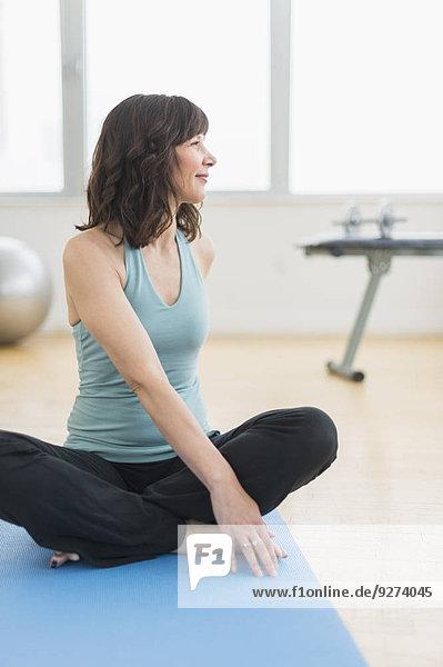 sitzend Fitness-Studio Portrait Frau Matte