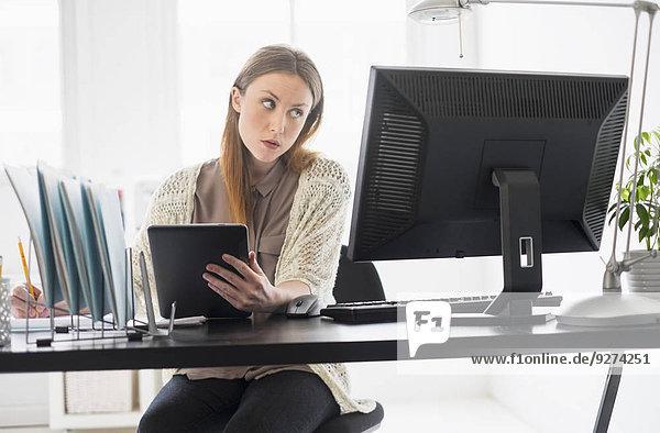 junge Frau junge Frauen Portrait arbeiten Büro Tablet PC