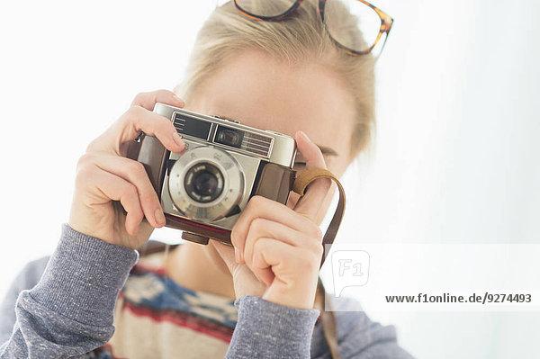 Frau sehen Retro blättern Blick in die Kamera