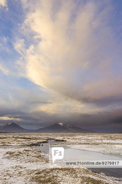 Berge und Wolken im Abendlicht am Salzsee Salar de surire  Putre  Región de Arica y Parinacota  Chile