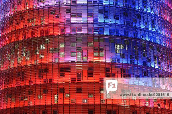 Torre Agbar  Architekt Jean Nouvel  in der Abenddämmerung  Avinguda Diagonal  Barcelona  Katalonien  Spanien