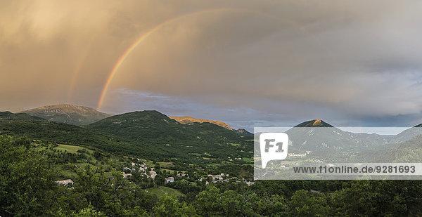 Panorama mit Regenbogen nach Gewitter über dem Tal von Castellane  Alpes-de-Haute-Provence  Provence-Alpes-Côte d?Azur  Frankreich