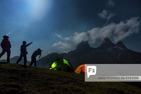Nachtaufnahme  drei Fotografen campen vor dem Aiguilles d'Arves Berg  Pelvoux  Dauphiné Alpen  Département Savoie  Frankreich