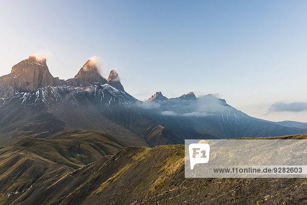 Les Aiguilles d'Arves Berg in der Morgendämmerung mit zwei Zelten vorn  Pelvoux  Dauphiné Alpen  Département Savoie  Frankreich