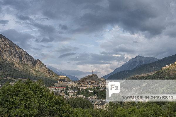 Stadt Briancon mit Regenwolken nach einem Sturm  Briançon  Provence  Frankreich