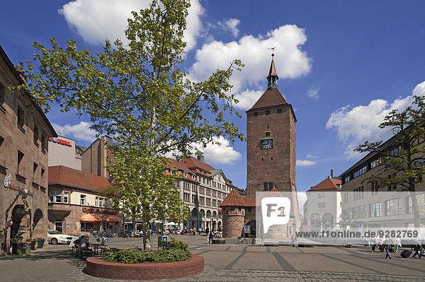 Weißer Turm  vermutlich um 1250 entstanden  früher in der Stadtmauer eingebaut  Ludwigsplatz  Nürnberg  Mittelfranken  Bayern  Deutschland