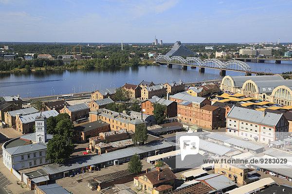 Daugava mit Dzelzcelabrücke  Neue Nationalbibliothek  Markthallen und Speicherkomplex Spikeri  vom Hochhaus der Akademie der Wissenschaften  Riga  Lettland
